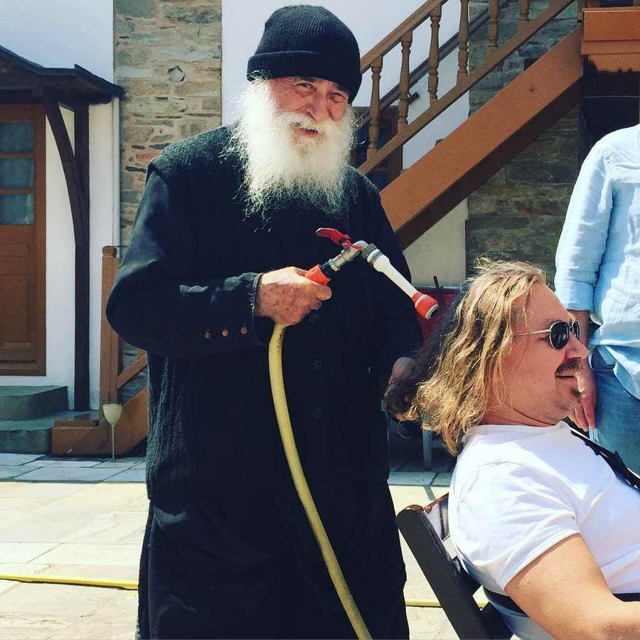 Меня поливает водичкой настоятель монастыря на св. горе Афон